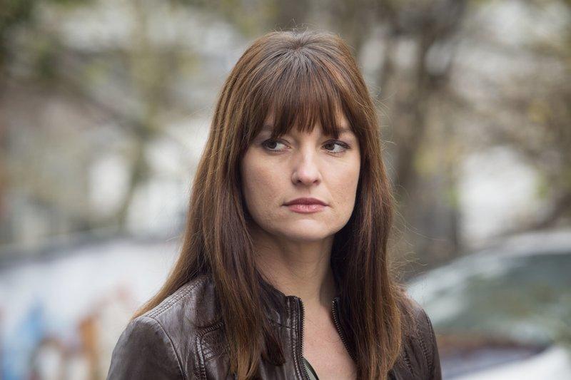 Die Anwältin Alex Holtkamp (Ina Paule Klink) vertritt die Hausbesetzer. – Bild: ZDF und Guido Engels.