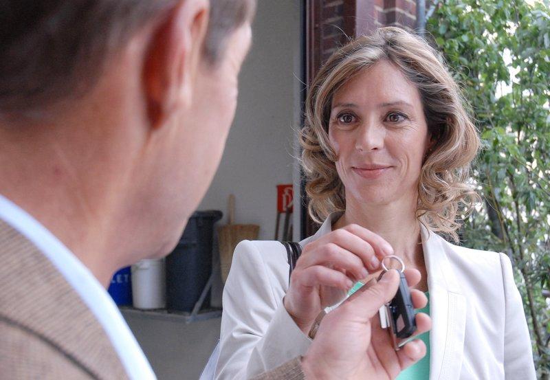 """ARD TIERÄRZTIN DR. MERTENS IV. Staffel mit 13 neuen Folgen, Folge 49, """"Falscher Verdacht"""", am Dienstag (02.07.13) um 20.15 Uhr im Ersten. Das gibt's doch nicht! Ausgerechnet in Dr. Fährmanns (Michael Lesch, l.) Privatwagen wurde der Beweis seiner Unschuld gefunden. Dr. Kristina Winter (Carin C. Tietze, r.) freut sich mit dem Zoodirektor. – Bild: ARD/Christa Köfer"""