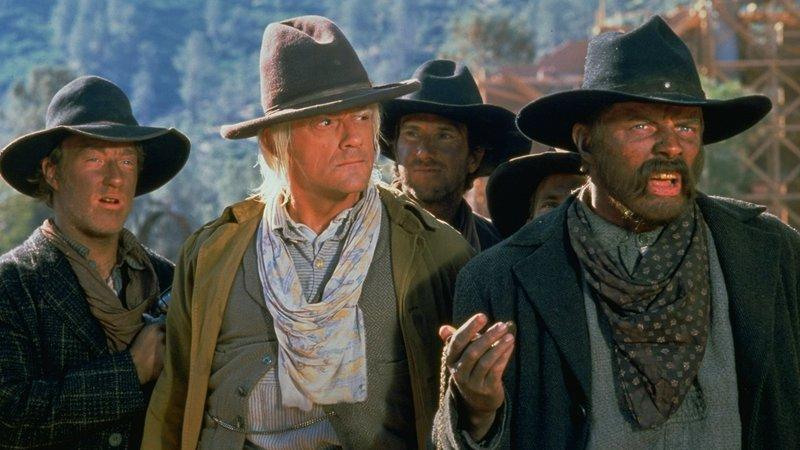 Doc Brown (Christopher Lloyd, 2.v.li.) und Buford 'Mad Dog' Tannen (Thomas F. Wilson, re.)Doc Brown (Christopher Lloyd, 2.v.li.) und Buford 'Mad Dog' Tannen (Thomas F. Wilson, re.) – Bild: RTL II