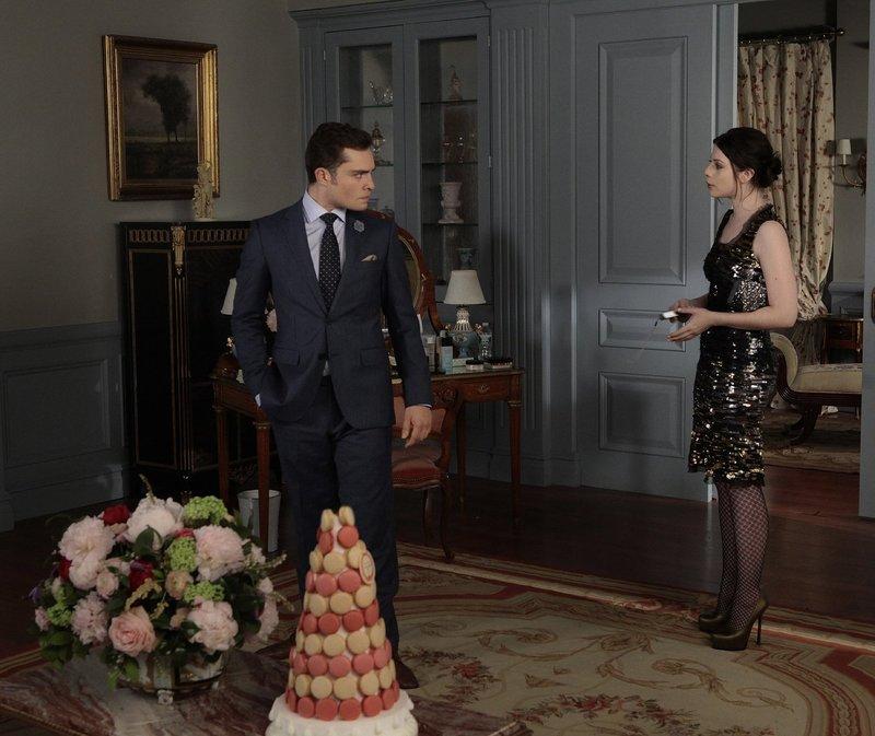 Während Chuck (Ed Westwick, l.) mit damit ringt, dass Blair im Begriff ist Prinz Louis zu heiraten, kehrt Georgina (Michelle Trachtenberg, r.) zurück und macht aus der königlichen Hochzeit ein königliches Desaster ... – Bild: Warner Bros. Television Lizenzbild frei