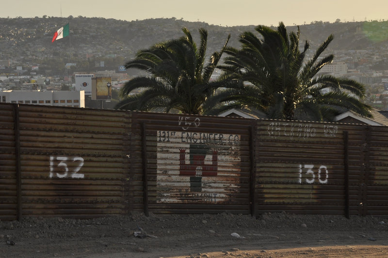 SAN DIEGO, CA, USA: A fence crafted from an old military landing mat separates Tijuana from San Diego. The San Ysidro border crossing is the busiest in the world, with over 40 million people entering the U.S. through the port in 2005 alone. – Bild: NGT