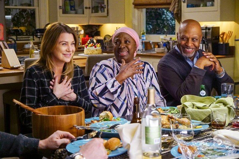 """""""Grey's Anatomy"""", """"Seelenfrieden."""" Dianes Krebs ist schlimmer als gedacht. Die Ärzte diskutieren unterschiedliche Behandlungsmöglichkeiten. Die sonst so optimistische Maggie ist erstmals mit einem schweren Schicksalsschlag konfrontiert. Sie will deshalb alles versuchen, um ihre Mutter zu heilen und gerät dabei mit Meredith in einen großen Streit. Währenddessen versuchen Bailey und Webber zu einer Lösung bezüglich des Ausbildungsprogrammes zu kommen.Im Bild (v.li.): Ellen Pompeo (Dr. Meredith Grey), LaTanya Richardson Jackson (Diane Pierce), James Pickens Jr. (Dr. Richard Webber). – Bild: ORF 1"""