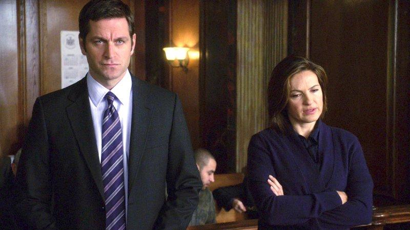 Noch bevor Benson (Mariska Hargitay) herausfinden kann, wer ihr den Mord anzuhängen versucht, wird sie dem Haftrichter vorgeführt. Ihr Anwalt Trevor Langan (Peter Hermann) versucht alles, um sie freizusprechen. – Bild: VOX