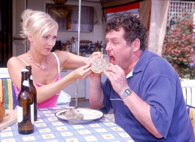 Stefanie (Dana Golombek) versucht Benno (Willi Thomczyk) beizubringen, wie man vernünftig ein Leberwurst-Brot isst. – Bild: TVNOW / Frank Dicks