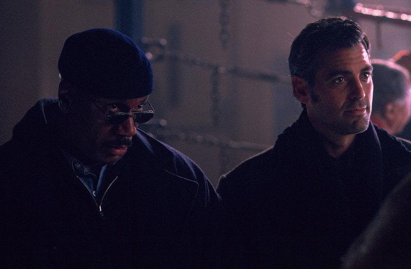 Stellen fest, dass sie nicht umhinkommen, ihren geplanten Raub mit der Konkurrenz durchzuziehen: Jack Foley (George Clooney, r.) und Buddy Bragg (Ving Rhames, l) ... – Bild: 1998 Universal City Studios Productions, Inc. All Rights Reserved. Lizenzbild frei