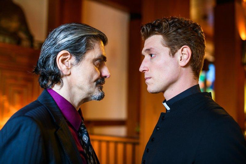 Enzo (Ciro de Chiara, l.) begrüßt Maik (Daniel Donskoy) bei den Baronis, einem gefährlichen Mafia-Clan. – Bild: TVNOW / Willi Weber
