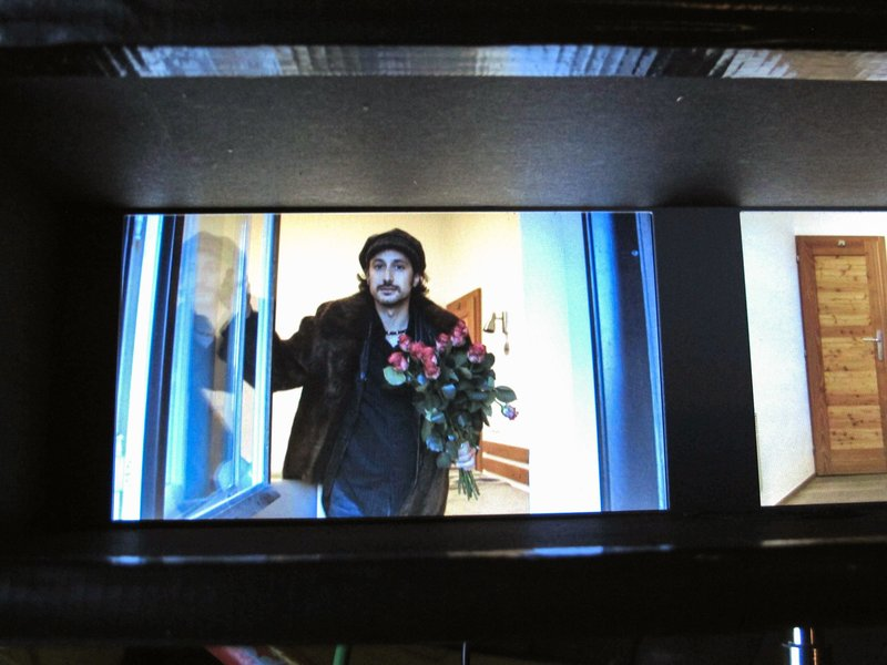 Michael Ostrowski sucht sein Glück als Rosenverkäufer. – Bild: ORF 1