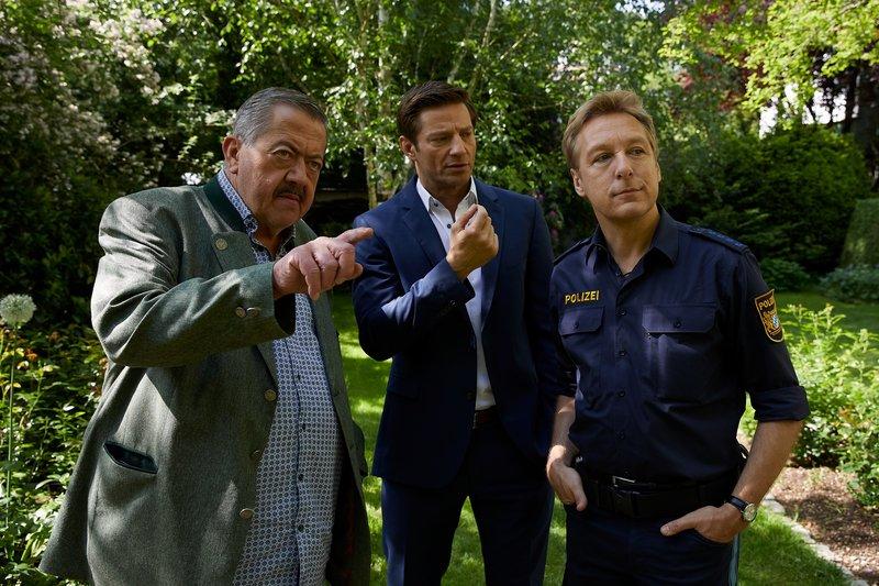 Polizist Mohr (Max Müller, r.) zeigt den Kommissaren Hofer (Joseph Hannesschläger, l.) und Hansen (Igor Jeftic, M.), von wo aus Herr König erschossen wurde. – Bild: ZDF und Bojan Ritan.