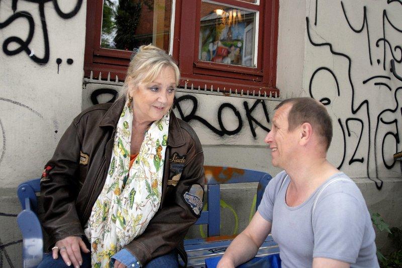 "ARD/NDR DIE PFEFFERKÖRNER FOLGE 113, ""Oma Leni in Not"", am Samstag (14.03.15) um 08:35 Uhr im ERSTEN. Olek Tcharkow (Jevgenij Sitochin) kümmert sich um die erschöpfte Oma Leni (Doris Kunstmann). – Bild: NDR/Romano Ruhnau"