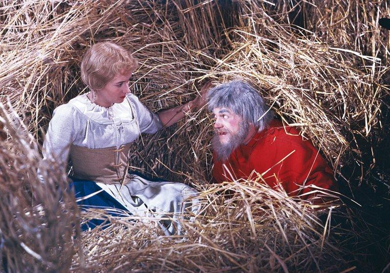 """Szenenfoto """"Das Zaubermännchen"""": v.l.n.r.: Karin Lesch (Marie, die MĂĽllertochter), Siegfried Seibt (Rumpelstilzchen)Â – Bild: MDR/PROGRESS Film-Verleih/Josef Borst"""