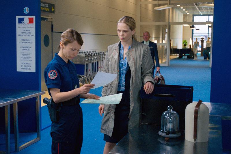 Maries (Ane Dahl Torp) Gewicht erweckt Skepsis bei einer Grenzerin (Dinara Drukarova). – Bild: ZDF / © BulBul Film/John C. Roselund