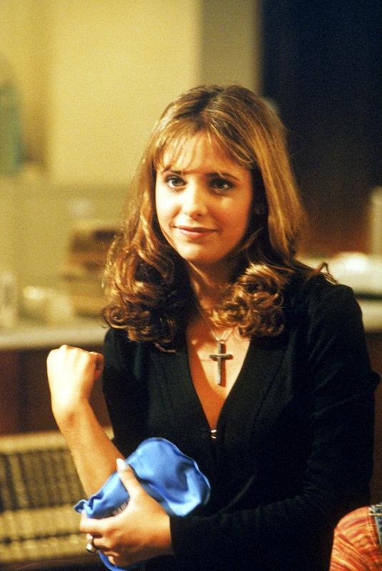 Buffy (Sarah Michelle Gellar) Summers hat es nicht leicht. Die 16-jährige High School-Schülerin ist gerade mit ihrer Mutter nach Sunnydale gezogen, nachdem sie in L.A. der Schule verwiesen worden war ... – Bild: sixx