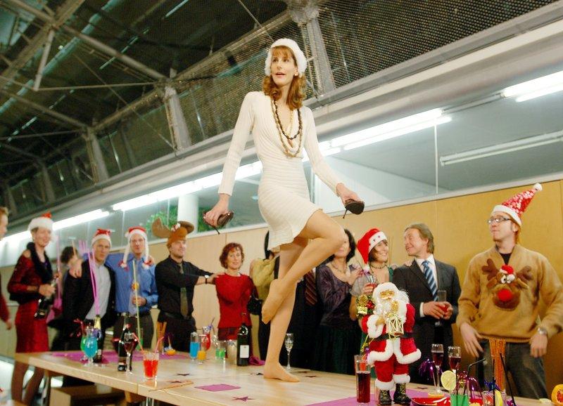 Frau Springer (Ursula Lysser, mi.) tanzt bei der Weihnachtsfeier auf dem Tisch. – Bild: ORF