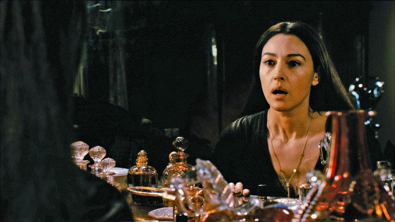 Jeanne (Monica Bellucci) bekommt Angst, als ihre Umgebung ihr immer fremder wird. – Bild: ZDF und Etienne Braun