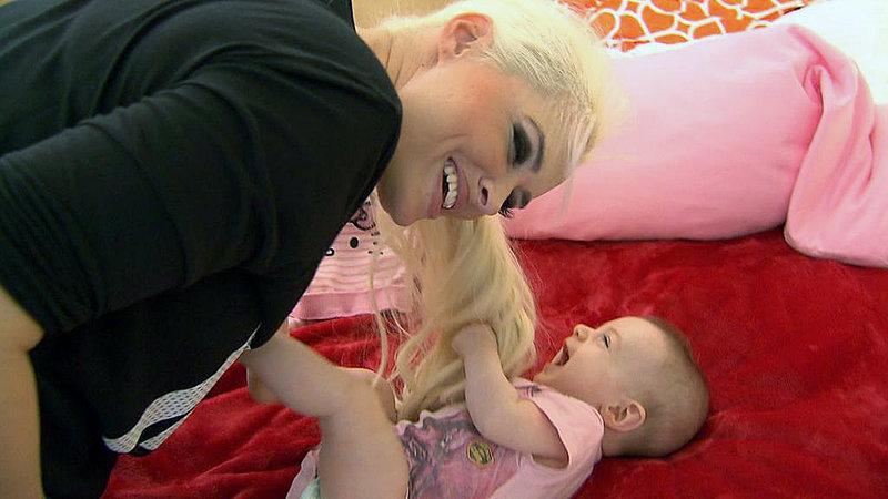 Mama Daniela und Töchterchen Sophia haben viel Spaß zusammen.. – Bild: RTL II