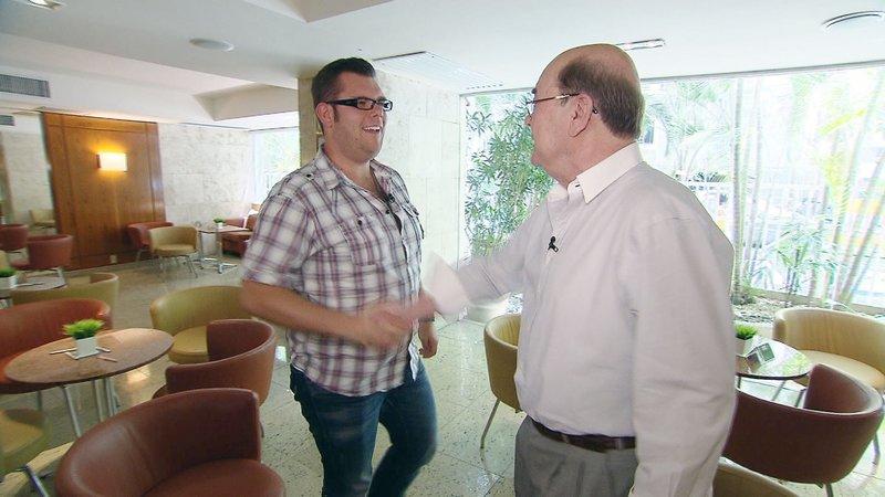 In Rio trifft Dennis (li.) auf Partnervermittler Roland aus Berlin. Der 66-Jährige soll ihm hier seine Traumfrau vorstellen... – Bild: RTL 2