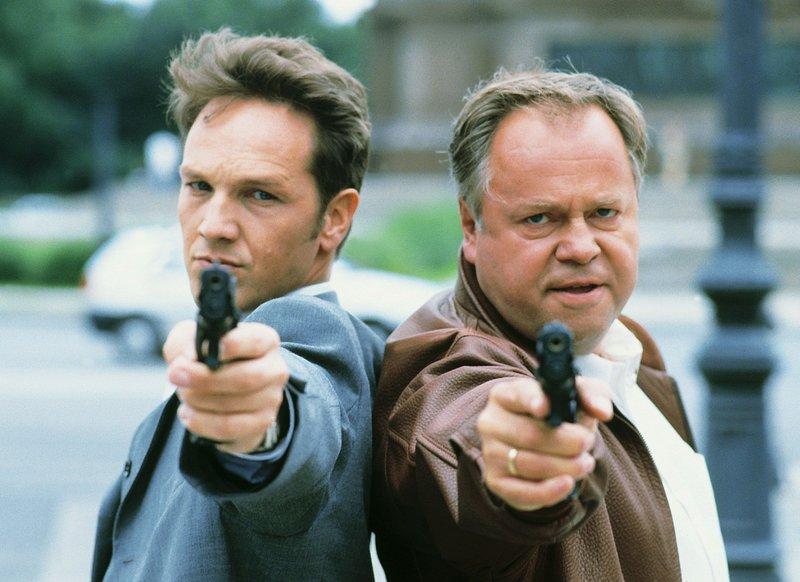 Kriminalkommissar Ralf Bongartz und Kriminalhauptkkommissar Stefan Kehler (Max Gertsch, Wolfgang Bathke) im Einsatz – Bild: RTLplus / Thomas Pritschet