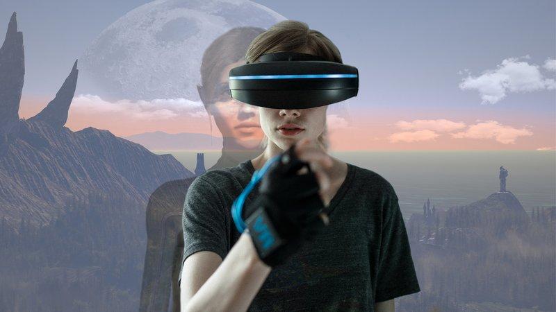 - Titel/Presseheft - Jennifer Reitwein (Emma Bading) schaut sich die virtuelle Waffe in ihrer Hand an. – Bild: BR/ARD Degeto/Sappralot Productions GmbH/Alexander Fischerkoesen