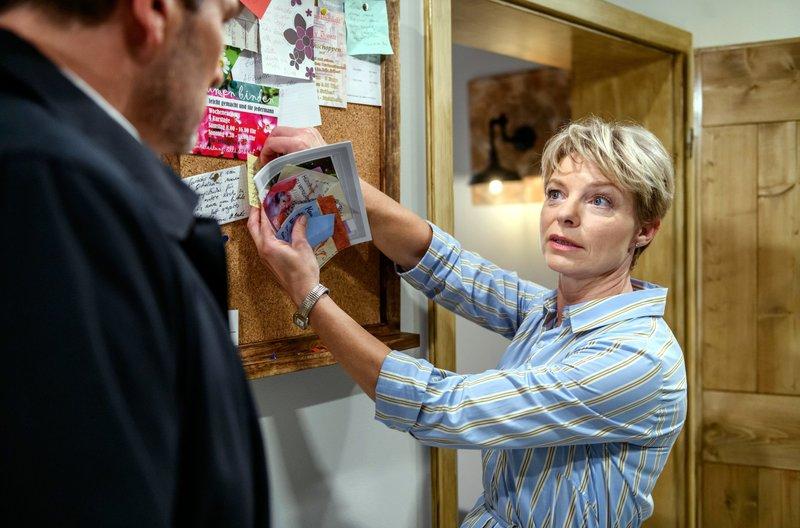 Linda (Julia Grimpe, r.) macht Christoph (Dieter Bach, l.) klar, dass die Kündigung von Lucy keine gute Idee ist. – Bild: ARD/Christof Arnold