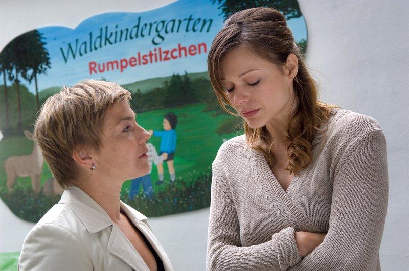 Katrin Börensen (Claudia Schmutzler, l.) drängt Kindergärtnerin Anna (Suzan Anbeh, r.), sich alles noch mal ganz genau in Erinnerung zu rufen. – Bild: ZDF und Marc Meyerbröker