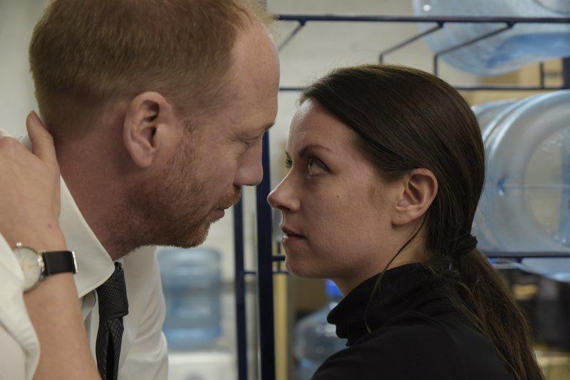 Das Ermittlerpaar Yvonne (Alice Dwyer) und Heiko Wills (Johann von Bülow) kommt sich bei den gemeinsamen Ermittlungen nicht nur inhaltlich näher. – Bild: ZDF und Christiane Pausch.