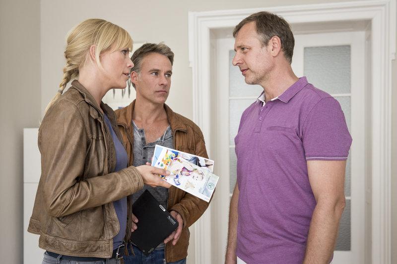 Ina Zimmermann (Melanie Marschke, l.) und Jan Maybach (Marco Girnth, M.) befragen Dr. Koch (Christoph Grunert, r.) in der Kinderwunschklinik. – Bild: ZDF