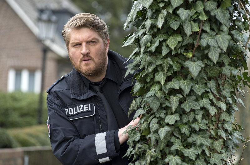 Hannes Krabbe (Marc Zwinz) fahndet nach dem Besitzer einer überfahrenen Katze. – Bild: ARD/Thorsten Jander