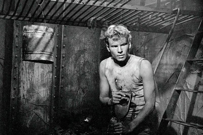Die Arbeit unter Deck verlangt Philip Gale (Horst Buchholz) einiges ab. – Bild: ZDF / © Friedrich-W.Murnau-Stiftung
