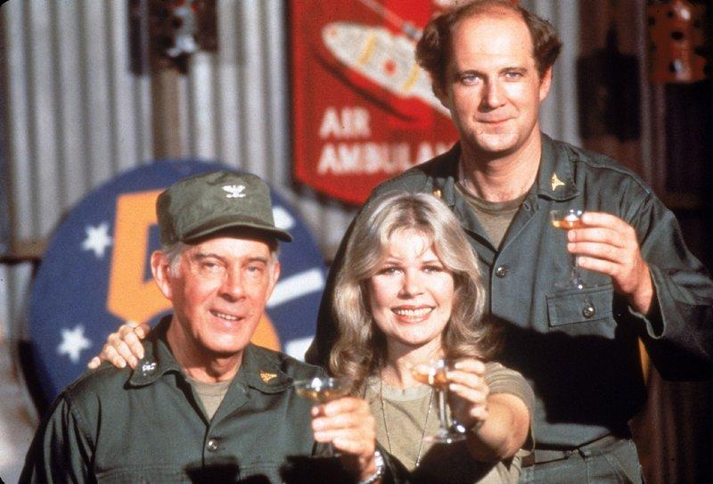 (v.l.) Colonel Sherman T. Potter (Harry Morgan), Major Margaret Houlihan (Loretta Swit) und Major Charles Winchester (David Ogden Stiers) – Bild: RTL NITRO