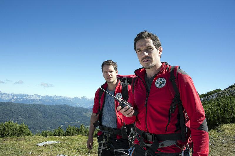 Die Bergretter Ben Marasek (Mirko Lang, l.) und Tobias Herbrechter (Markus Brandl, r.) sind im Einsatz. Wo ist der vermisste Frank Brandstetter? – Bild: ZDF und Thomas R. Schumann