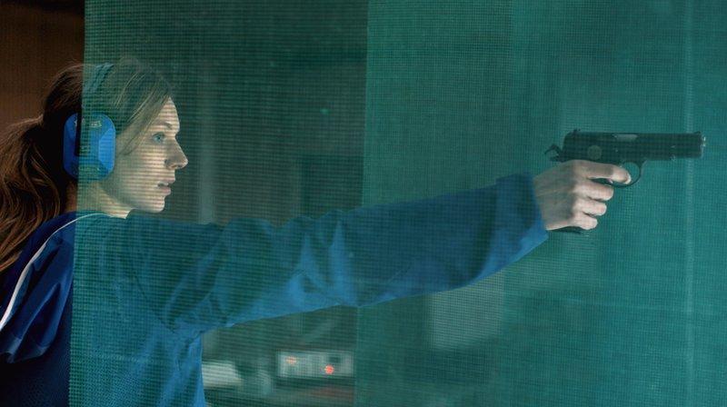 Um dem Wolf wieder zu begegnen, plant Ania (Lilith Stangenberg) eine Lappjagd und übt Schießen, um ihn sicher zu betäuben. – Bild: ZDF und WDR/Heimatfilm.