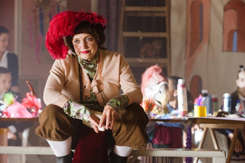 Mademoiselle Bertoux (Katharina Thalbach) ist ratlos. Die Schüler der Theater-AG finden partout keinen Zugang zu ihrer klassischen Inszenierung von William Shakespeares Romeo und Julia. – Bild: ZDF/Gordon Mühe