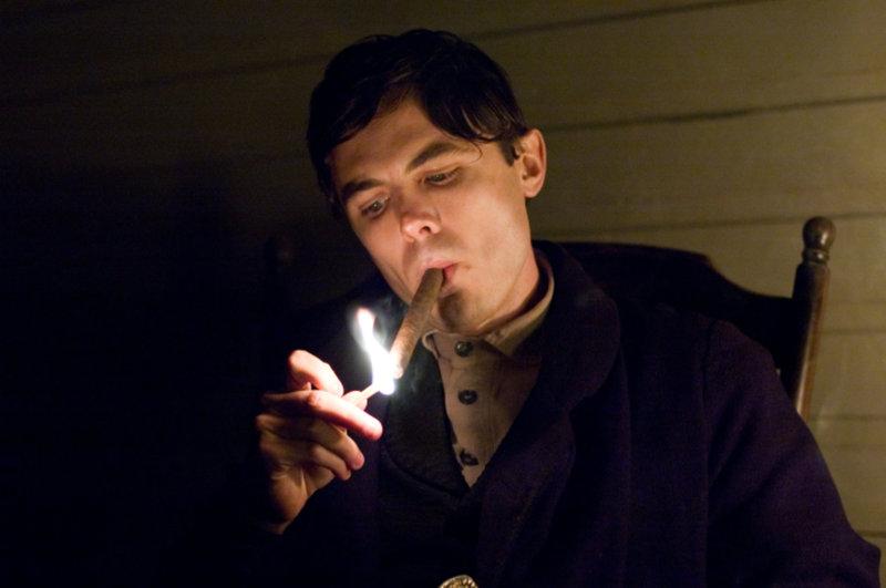 Entwickelt eine Art Hassliebe zu Jesse James: Robert Ford (Casey Affleck) ... – Bild: TM and © 2007 Warner Bros. Entertainment Inc. All Rights Reserved. Lizenzbild frei