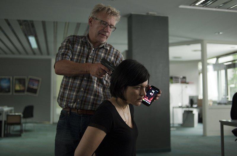Als Mina (Jasmin Tabatabai) versucht, eine andere Geisel zu schützen, rastet der Geiselnehmer Michael Peukert (Jörg Schüttauf) aus. – Bild: ZDF und Oliver Feist