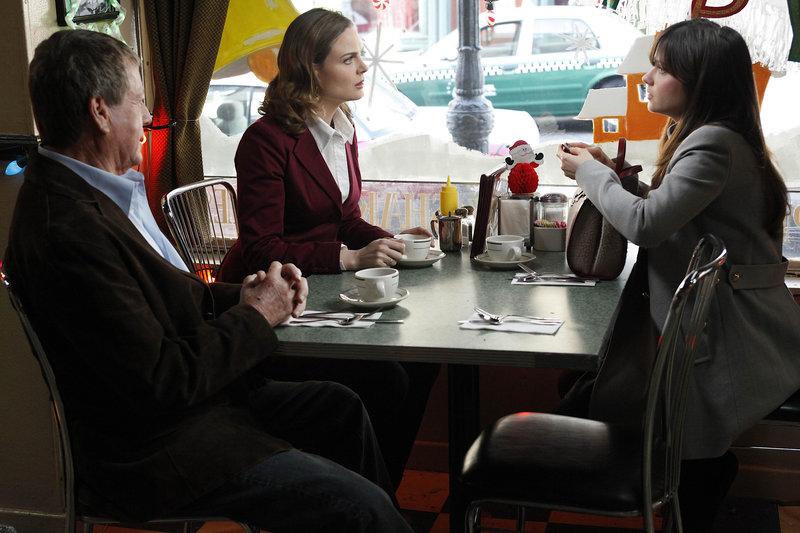 (v.l.n.r.) Max Keenan (Ryan O'Neal); Dr. Brennan (Emily Deschanel); Margaret Whitesell (Zooey Deschanel) – Bild: © 2009-2010 Fox and its related entities. All rights reserved. / Greg Gayne / Greg Gayne