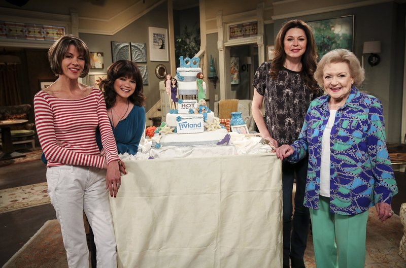 V.l.n.r.: Victoria Chase (Wendie Malick), Melanie Moretti (Valerie Bertinelli), Joy Scroggs (Jane Leeves) und Elka Ostrovsky (Betty White) – Bild: WDR/2011 Viacom International Inc./Michael Becker
