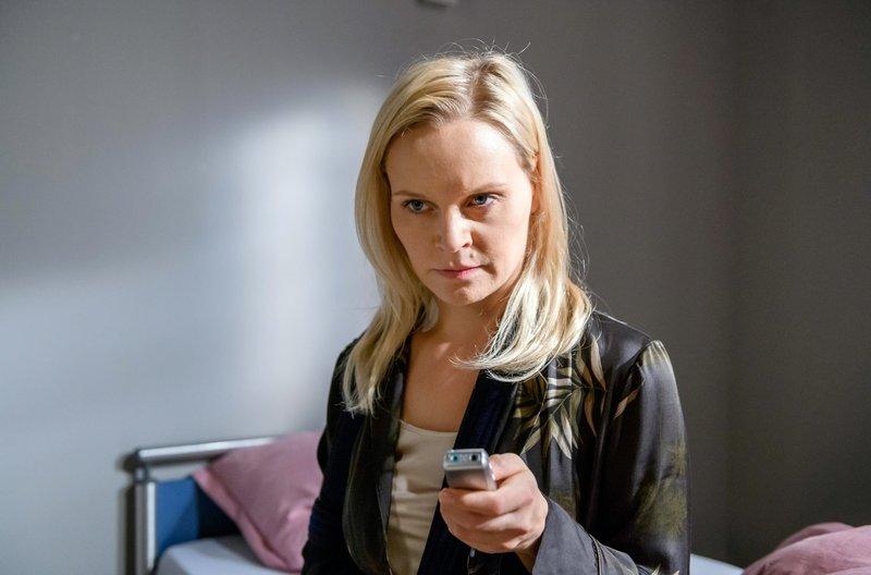 Annabelle (Jenny Löffler) fallen Dr. Borgs Aufnahmen in die Hände. – Bild: ARD/Christof Arnold