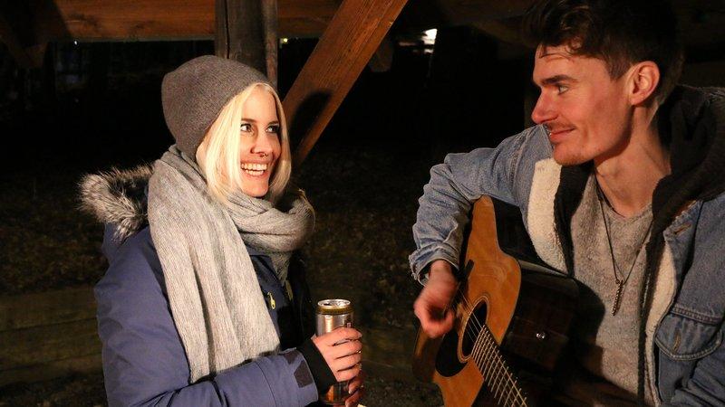 Sara und Jan kommen sich abends beim Lagerfeuer näherSara und Jan kommen sich abends beim Lagerfeuer näher – Bild: RTL Zwei