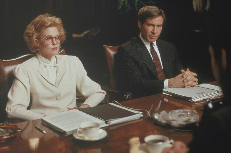 (L-R): Tess McGill (Melanie Griffith) poses as an executive with partner Jack Trainer (Harrison Ford) to negotiate a multi-million dollar merger deal. – Bild: Servus TV