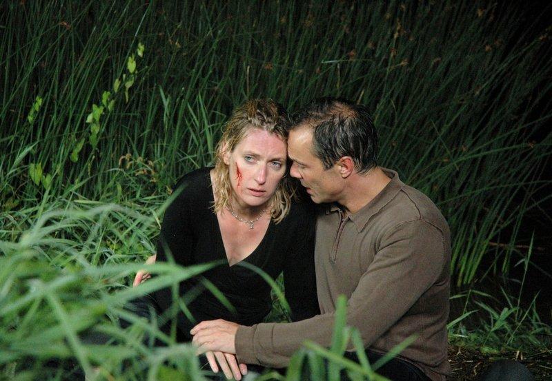 Charlotte (Maria Furtwängler) und Tobias (Hannes Jaenicke ) sind nach einem unfreiwilligen Bad in der Weser klatschnass und erschöpft. – Bild: NDR/Marion von der