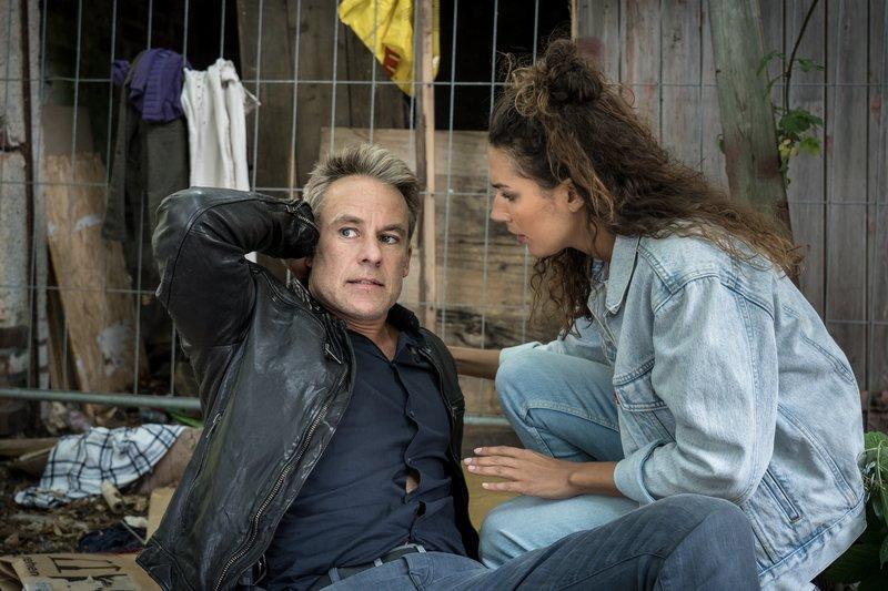 Jan Maybach (Marco Girnth) wurde von einem Verdächtigen niedergeschlagen. Kim Nowak (Amy Mußul) eilt ihm zu Hilfe. – Bild: ZDF und Uwe Frauendorf.