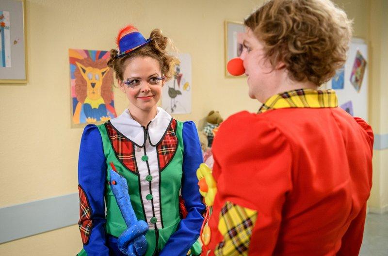 Lucy (Jennifer Siemann, l.) ist ganz verzaubert von Bela (Franz-Xaver Zeller, r.) als Clown. – Bild: ARD/Christof Arnold