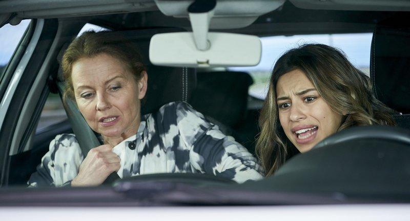 Die gesamte Kontrolle über das Auto von Dana (Gizem Emre, r.) wurde von Hackern übernommen. Andreas (Carina Wiese) und Danas Lage ist hoffnungslos. Die beiden werden als Geiseln in ihrem eigenen Auto genommen. – Bild: RTL