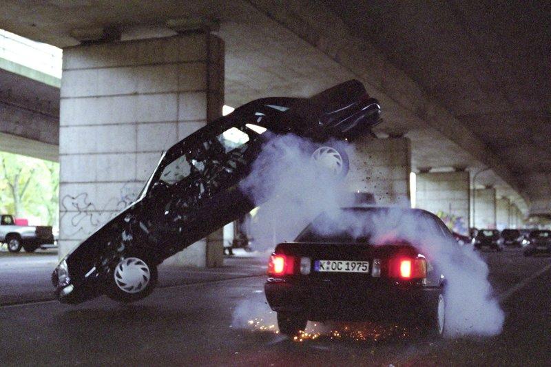 Semir und Chris verfolgen die Gangster durch den dichten Verkehr. Es kommt zum Crash, in dessen Verlauf der Wagen der Gangster auf der Spitze kreiselt... – Bild: RTL Crime