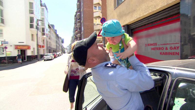 Beunruhigt verständigt Barbara (li.) die Polizei und den Rettungswagen: Ein kleines Baby sitzt allein in einem überhitzen Auto – und das schon ziemlich lange. – Bild: RTL II