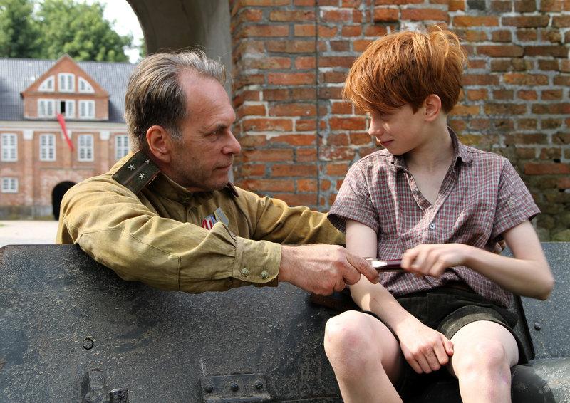 Hauptmann Kalmykov (Aleksei Guskov) und der Junge Peter (Pavel Wenzel) nähern sich allmählich an. – Bild: HR / © X-Filme/Gordon