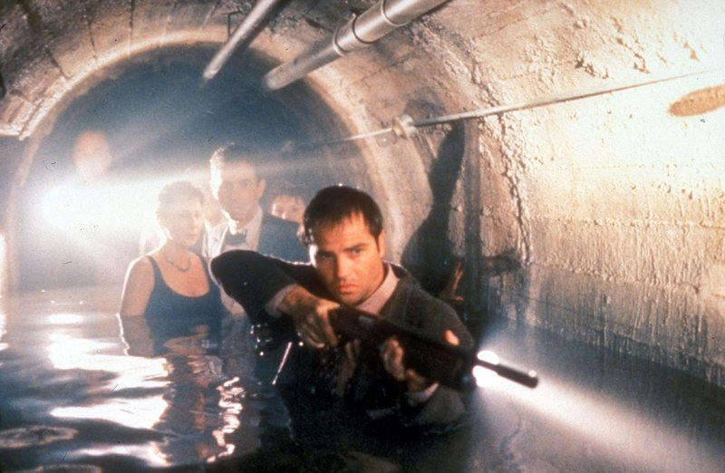 Bereit zu schießen: Detective Hollingsworth (Clayton Rohner) erwartet in den Katakomben des Museums den Angriff des Killers...oder einer blutrünstigen Kreatur? – Bild: TMG