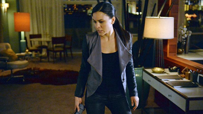 Während Coulson sich auf zähe Verhandlungen mit dem General einlassen muss, trifft der Rest des Teams auf eine alte Bekannte: Kara Palamas (Maya Stojan) alias Agentin 33. Sie wurde von Hydra umgedreht und erweist sich als äußerst gefährliche Gegnerin. – Bild: RTL II