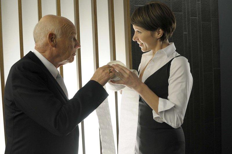 Wie erklärt Alice (Julia Koschitz, re.) ihrem Chef Felix Brugger (Dietrich Hollinderbäumer, li.) den Besuch auf der Herrentoilette? – Bild: ZDF und Jacqueline Krause-Burberg
