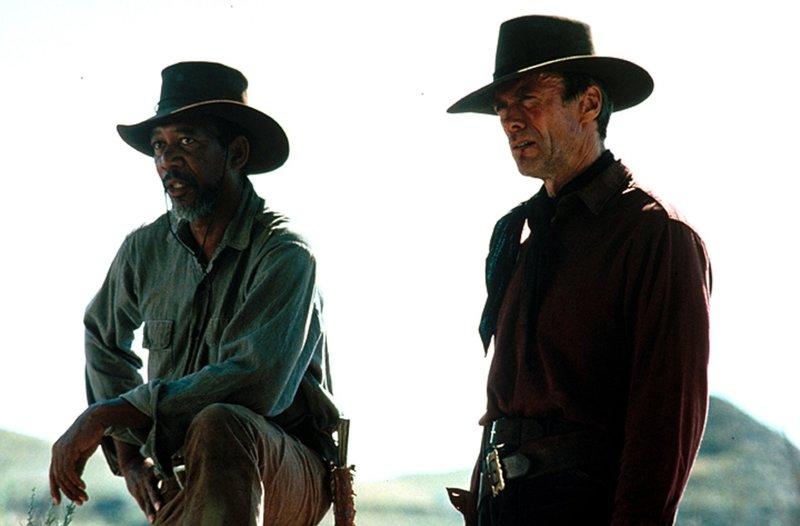 Munny (Clint Eastwood, r.) soll sich auf die Suche nach zwei Cowboys machen, die eine Prostituierte mit einer Rasierklinge brutal verstümmelt haben. Unter einer Bedingung: Er will seinen alten Freund Ned Logan (Morgan Freeman, l.) dabei haben ... – Bild: 1992 Warner Bros. Entertainment Inc. All rights reserved. Lizenzbild frei